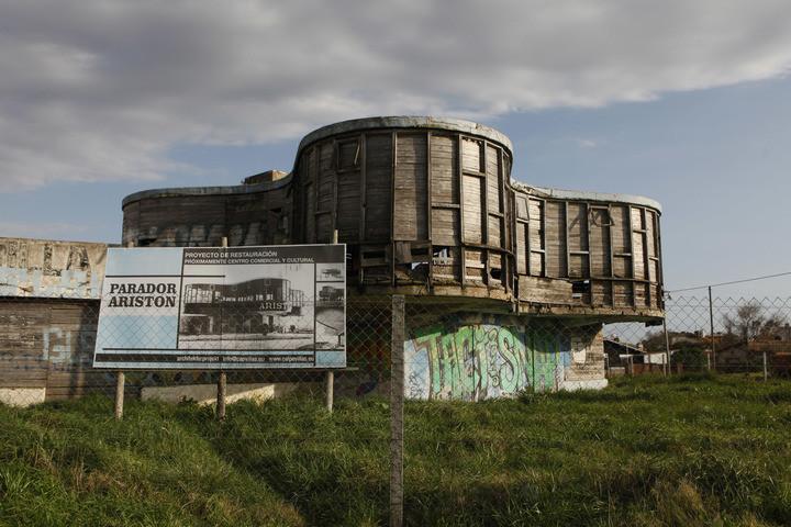 Proyecto. Un enigmático cartel promete un centro cultural y comercial pero sus promotores no responden.