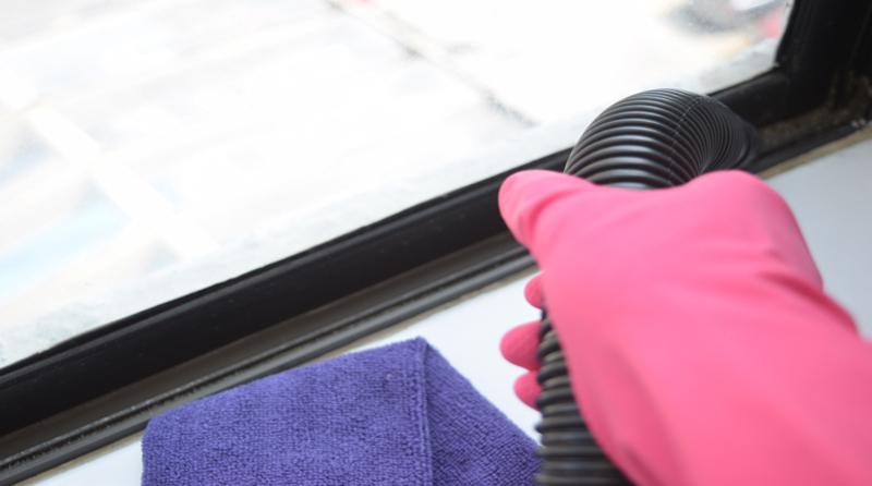 aspira_el_polvo_de_las_zonas_dificiles 5 tips para limpiar tus ventanas y que queden perfectas!